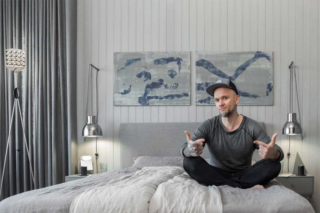 Projektant Tomasz Pągowski w zaprojektowanej przez siebie sypialni.
