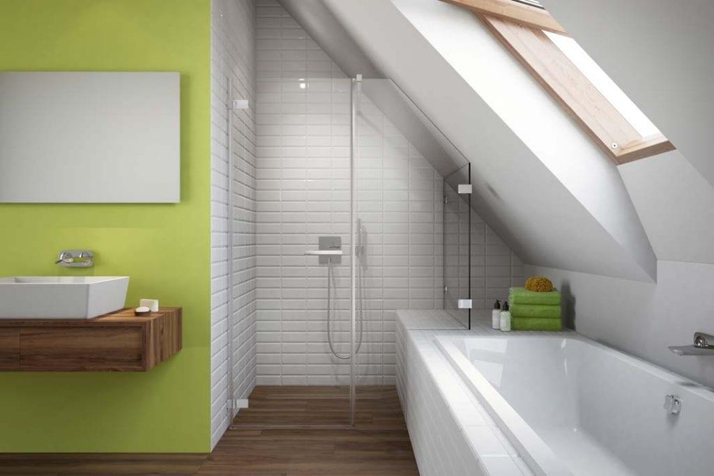 Wanna i prysznic w łazience. W tej aranżacji zabudowa wanny służy jednocześnie za półkę na kosmetyki i siedzisko pod prysznicem.