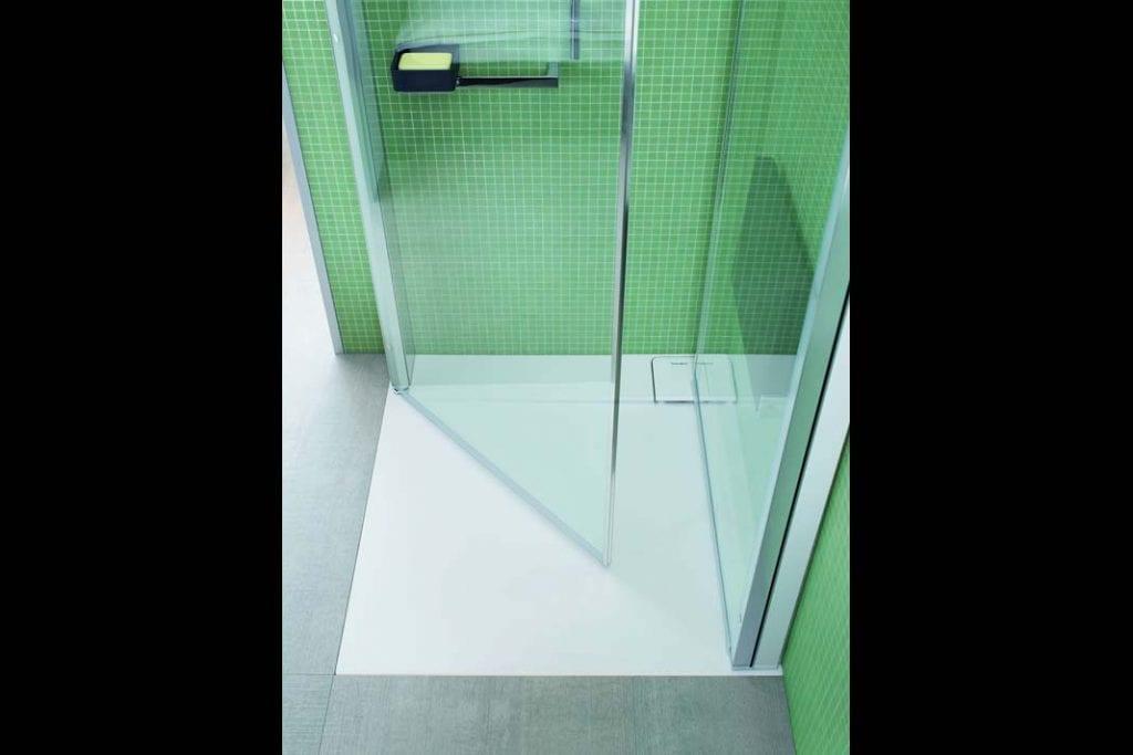 Drzwi kabiny prysznicowej OpenSpace składające się do środka.