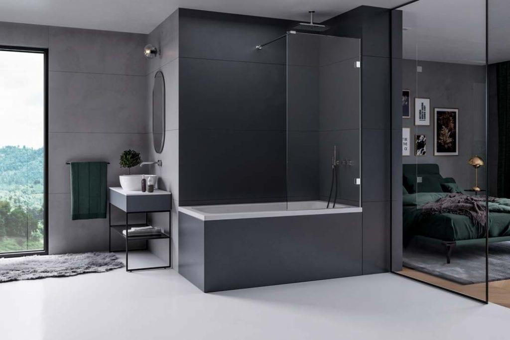 Wanna i prysznic w łazience. Duża tafla szkła, w połączeniu z chromowanymi detalami kolekcja Eventa