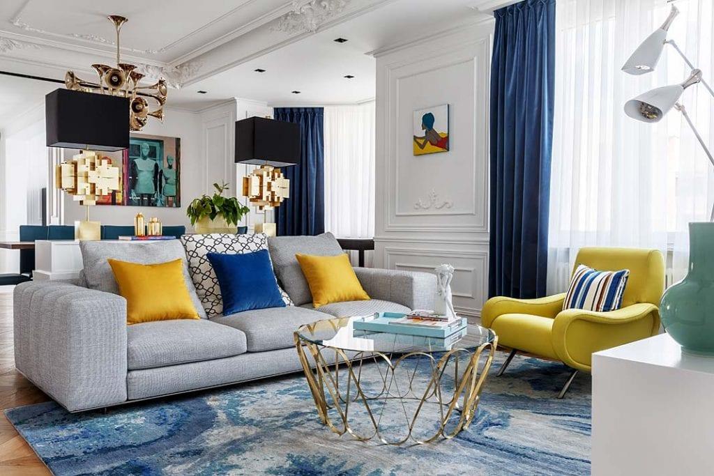 Nowoczesny apartament. Elegancki salon z białymi ścianami ozdobionymi sztukaterią