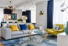 Elegancki salon z białymi ścianami ozdobionymi sztukaterią