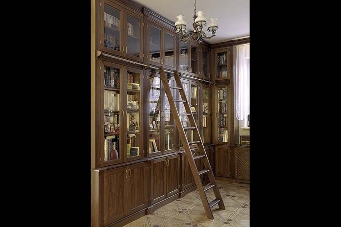 Meble oklasycznej formie w prywatnej bibliotece