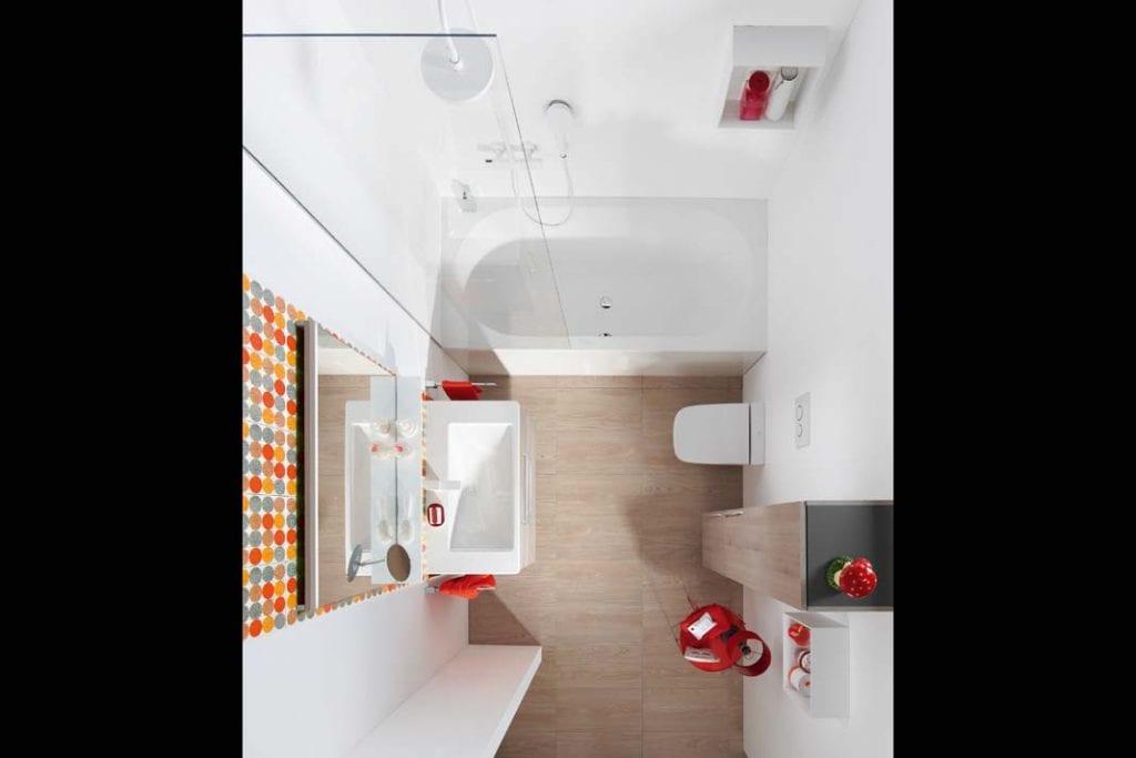 Wanna i prysznic w łazience. Szklany parawan w aranżacji firmy Burgbad