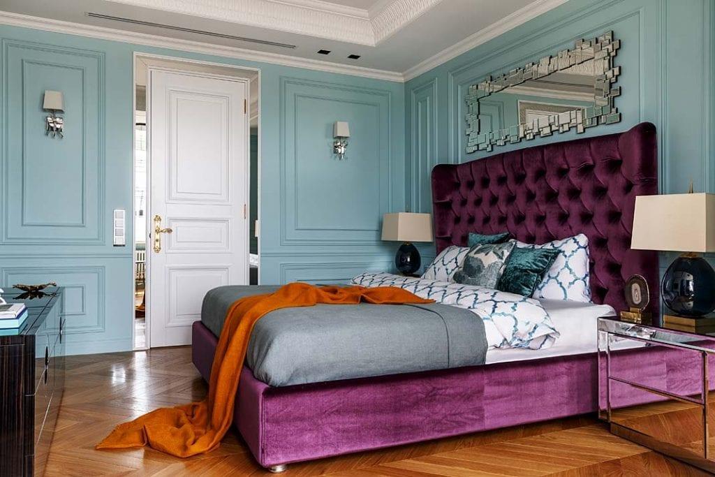 Nowoczesny apartament. W sypialni wrażenie robi ogromne łóżko z welwetową tapicerką.