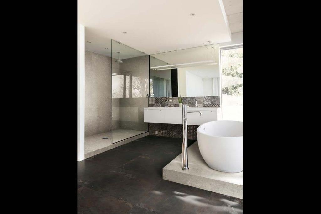 Wanna i prysznic w łazience. Wolno stojąca wanna na podeście z kolekcji Esprit de Rex