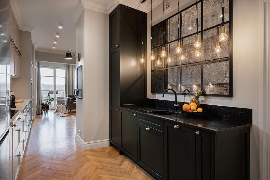 Funkcjonalne mieszkanie dla rodziny. Aneks kuchenny w korytarzu.