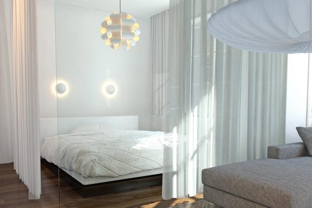 Oddzielenie części sypialnianej od salonu gładkimi taflami szkła sprawia, że podział jest praktycznie niewidoczny.