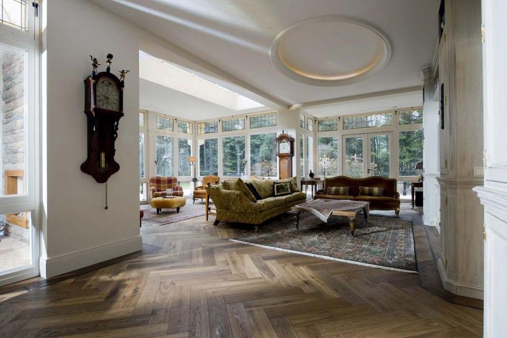 Elegancka podłoga salonu ułożona w jodełkę.