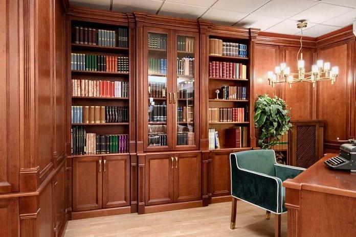 gabinet z biblioteką w klasycznym stylu