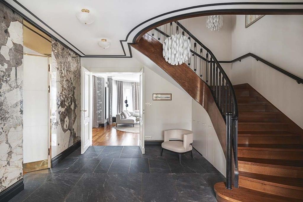 hol prowadzący do salonu i zakręcone schody na piętro