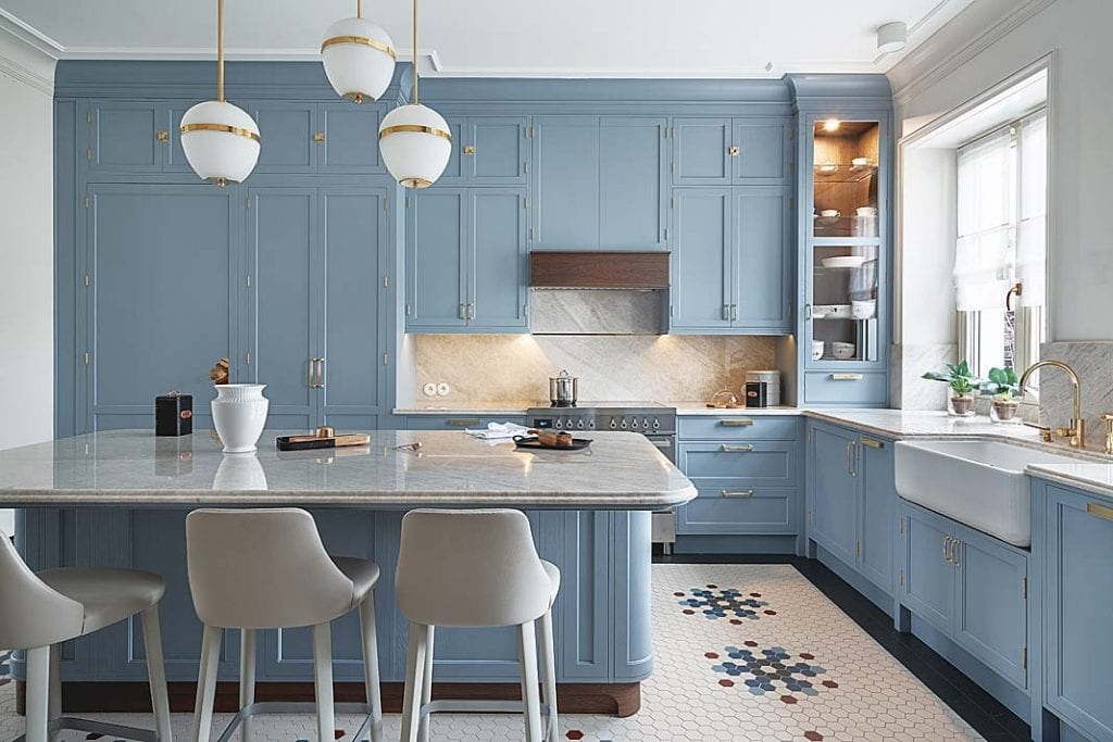 klasyczna kuchnia z błękitnymi szafkami