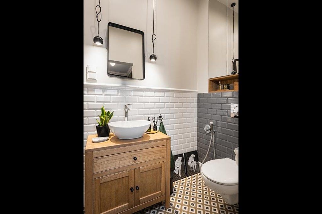 Łazienka z klasycznymi fazowanymi kaflami na ścianach z firmy Equipe Ceramics.