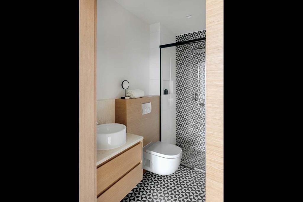 łazienka z płytkami wstylu art déco