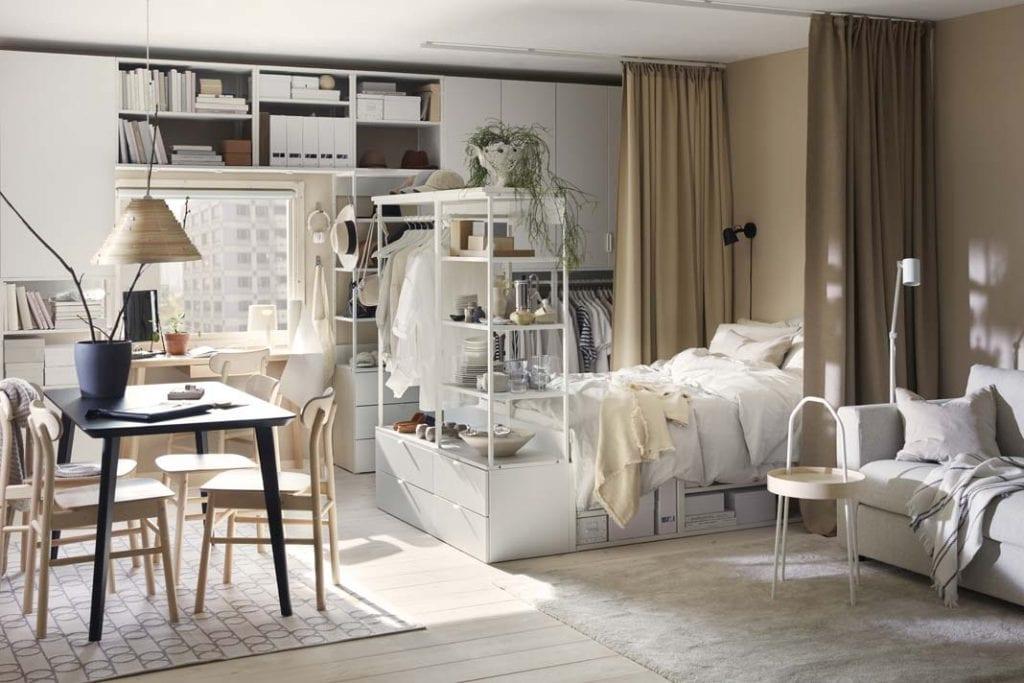 Sypialnia w salonie. Łóżko będące jednocześnie regałem i szafą od IKEA