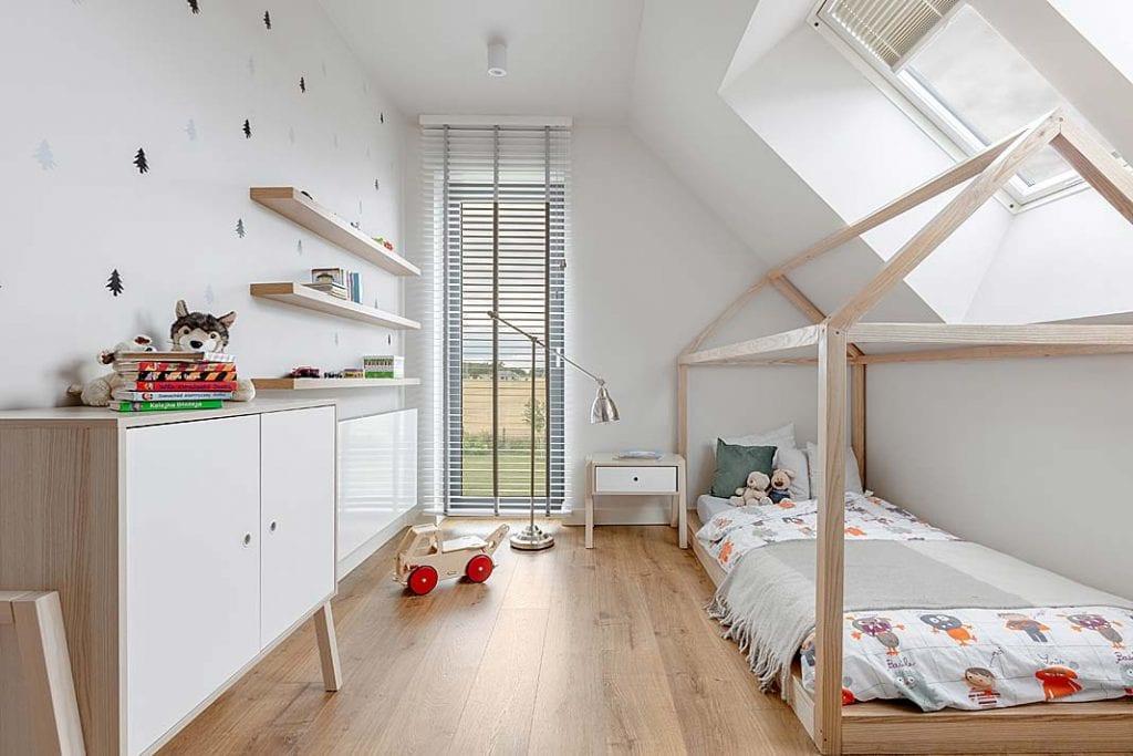 łóżko wkształcie domku w pokoju dziecięcym