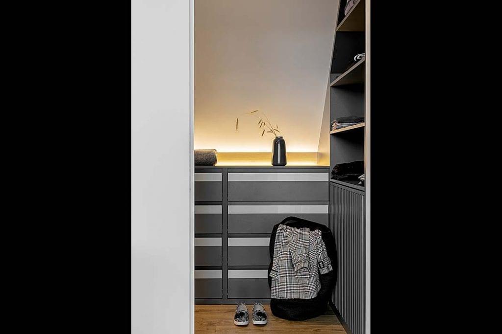 mała garderoba przy sypialni
