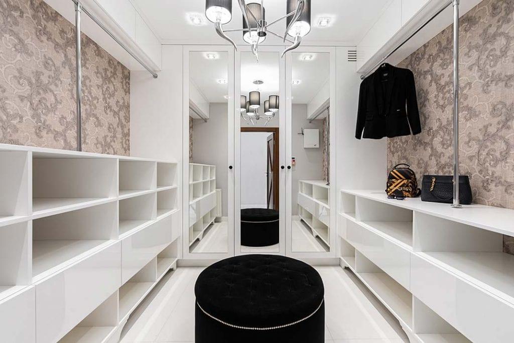 Wnętrze garderoby z lustrami
