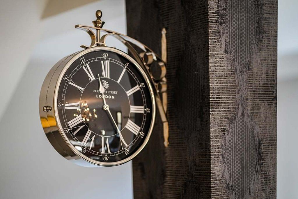 Zegar w stylu retro przytwierdzony do filara.