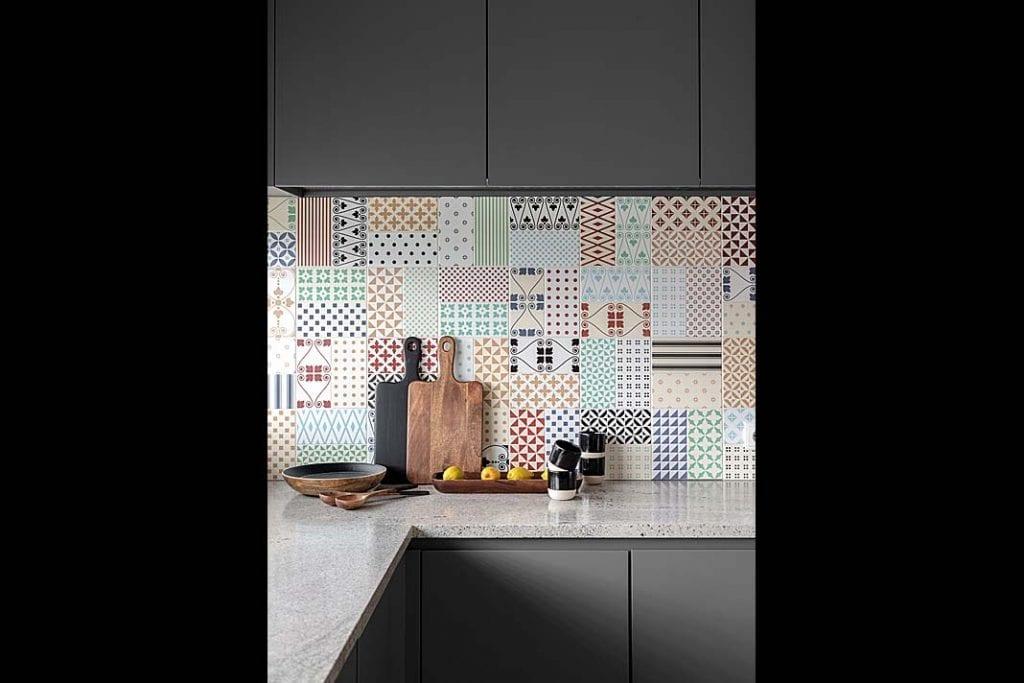 kolorowa mozaika zhiszpańskich płytek na ścianie w kuchni