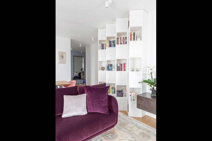 nietypowy kształt półki na książki przypominający harmonijkę