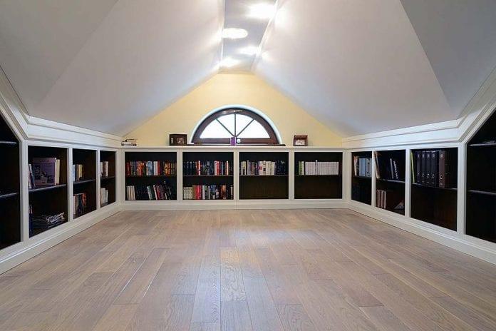 półki na książki umieszczone pod skosami