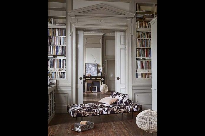 półki na książki zainstalowane w taki sposób, że grzbiety książek zlicowały się ze ścianą