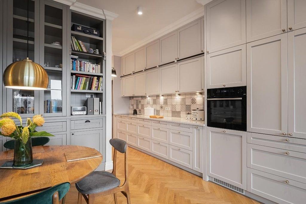 Funkcjonalne mieszkanie dla rodziny. Przestronna kuchnia z mnóstwem przestrzeni do przechowywania.