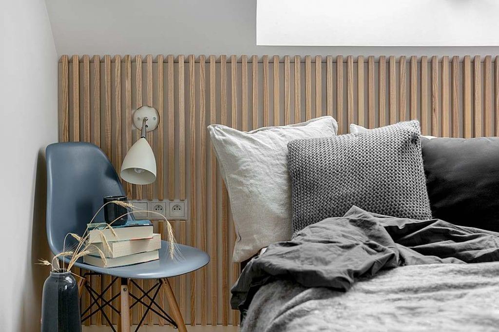 Dom blisko natury - ryflowane listewki na ścianie w sypialni
