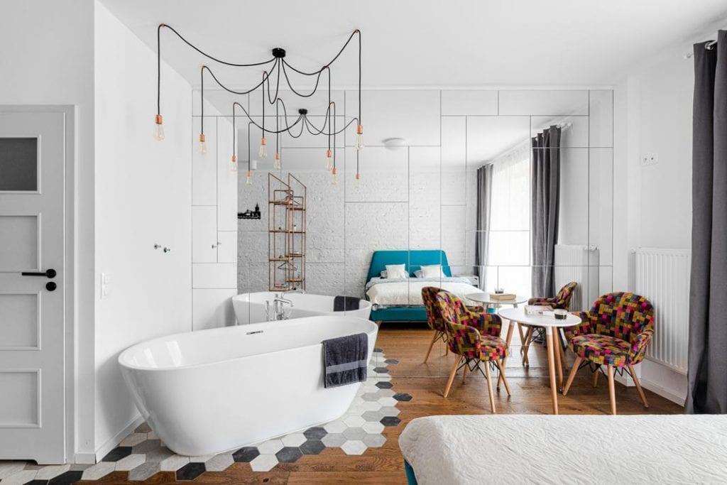ALL IN ONE. Salon, kuchnia, sypialnia i... łazienka w jednym pomieszczeniu.