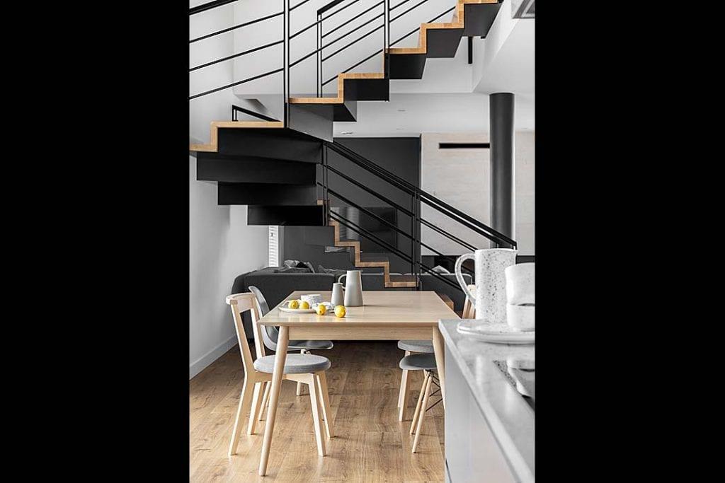 schody dywanowe prowadzące na piętro