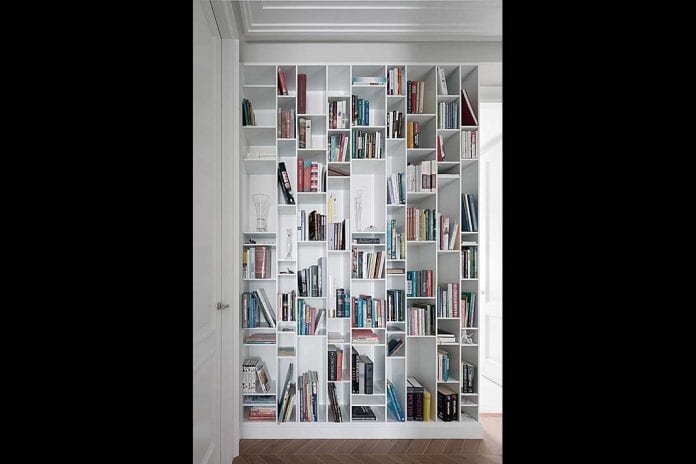 sięgająca sufitu biała zabudowa na książki