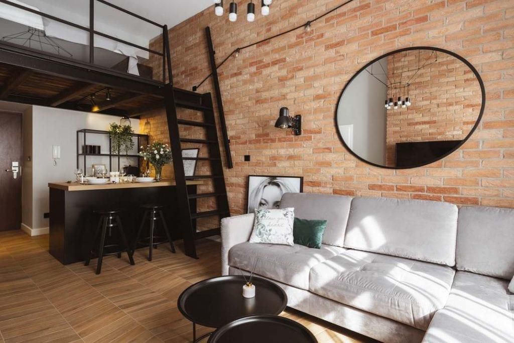 Sypialnia na antresoli - praktyczny i ciekawy stylistycznie pomysł.