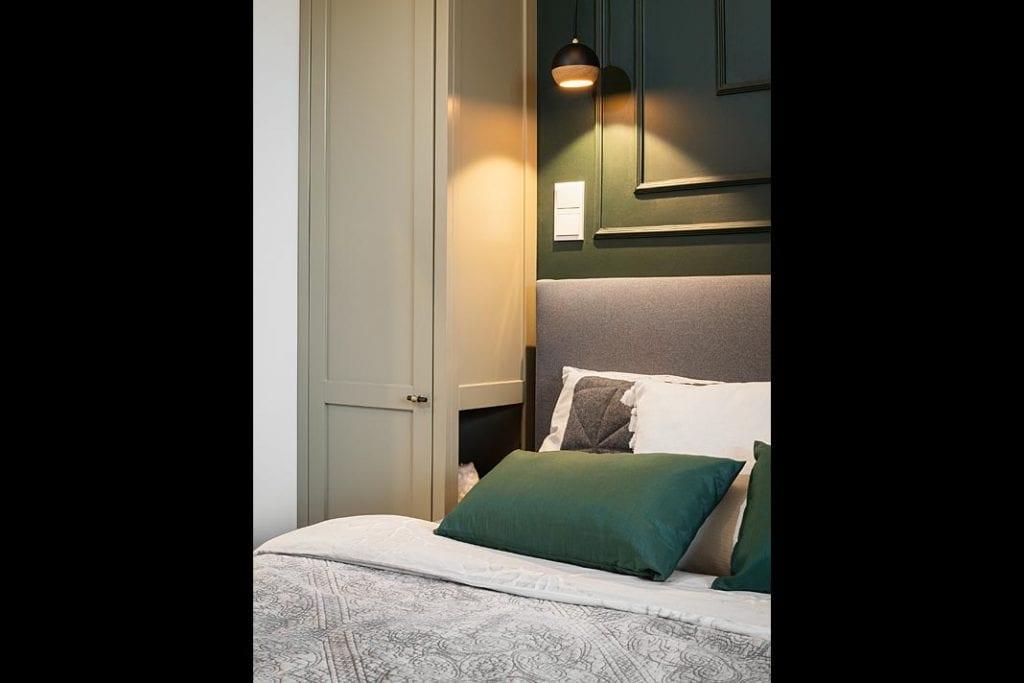 Sypialnia z oświetlonym nastrojowo łóżkiem.