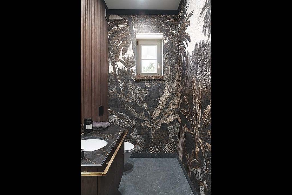 tapeta z London Art ze wzorem Tropical Mornings umieszczona na ścianie toalety gościnnej