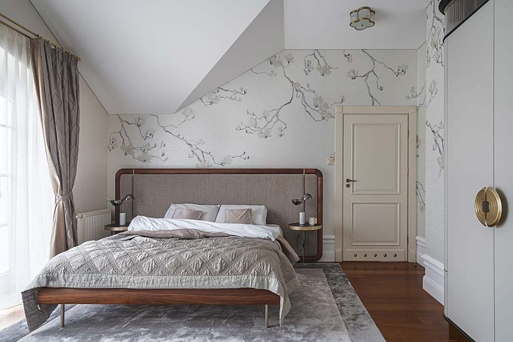 na ścianie sypialni znajduje się tapeta zPhillip Jeffries