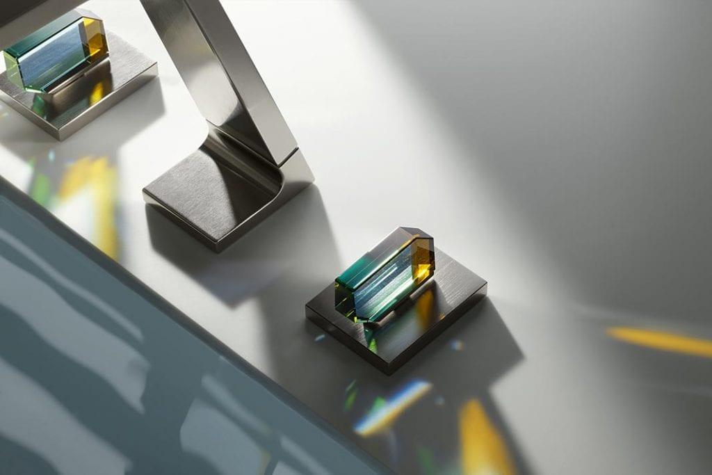 Wykonane z kryształów Swarovskiego uchwyty baterii Dornbracht.