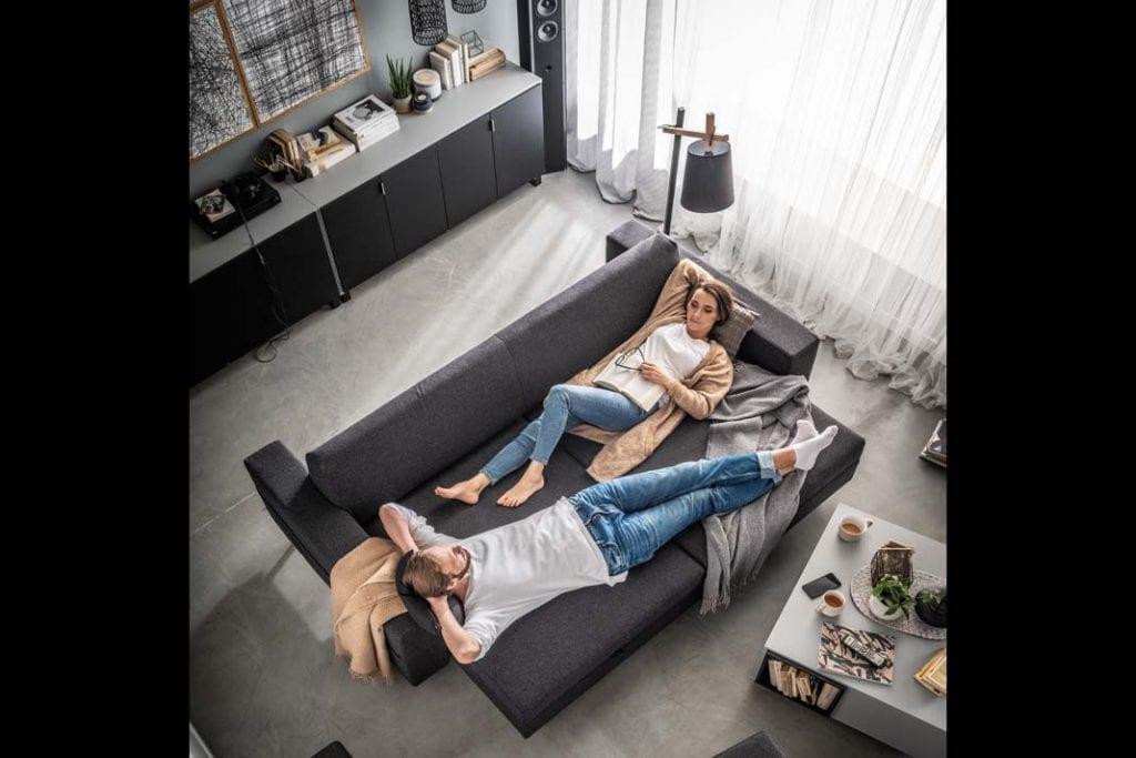 Sypialnia w salonie. Sofa Slide oferowana przez VOX to wielofunkcyjny mebel, doskonały do dzielenia przestrzeni