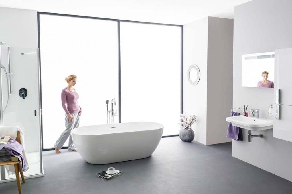 Wolno stojące wanny to rozwiązanie stosowane w przestronnych salonach kąpielowych.