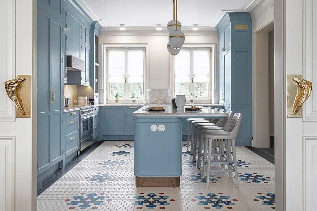 wystrój kuchni to błękitne szafki i wyspa z kamiennym blatem po środku