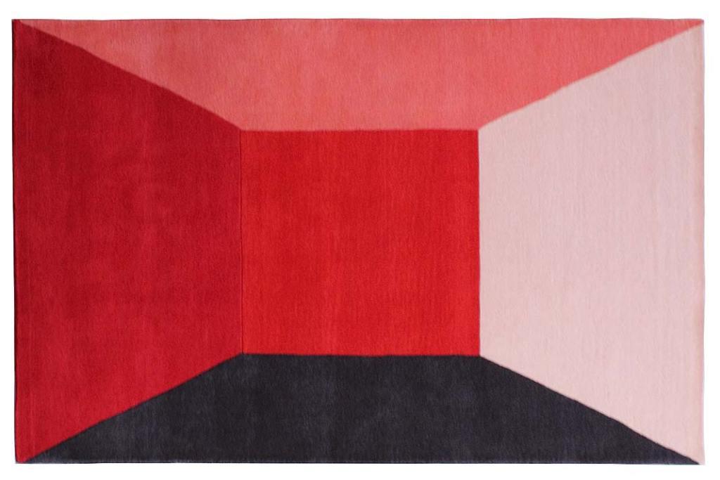 Dywan Rooms togra perspektyw, stworzona zapomocą ścian oróżnych wariantach czerwieni iczarnego cienia.