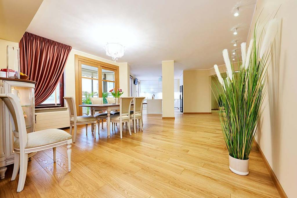 Naturalna podłoga drewniana wykonana w jadalni.