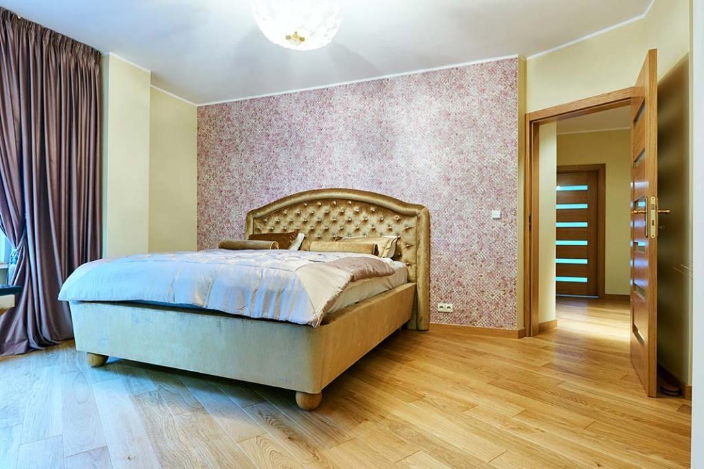 Podłoga drewniana ułożona w sypialni, zdjęcie z realizacji.