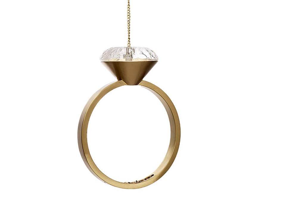 karmnik dla ptaków w kształcie złotego pierścionka z brylantem