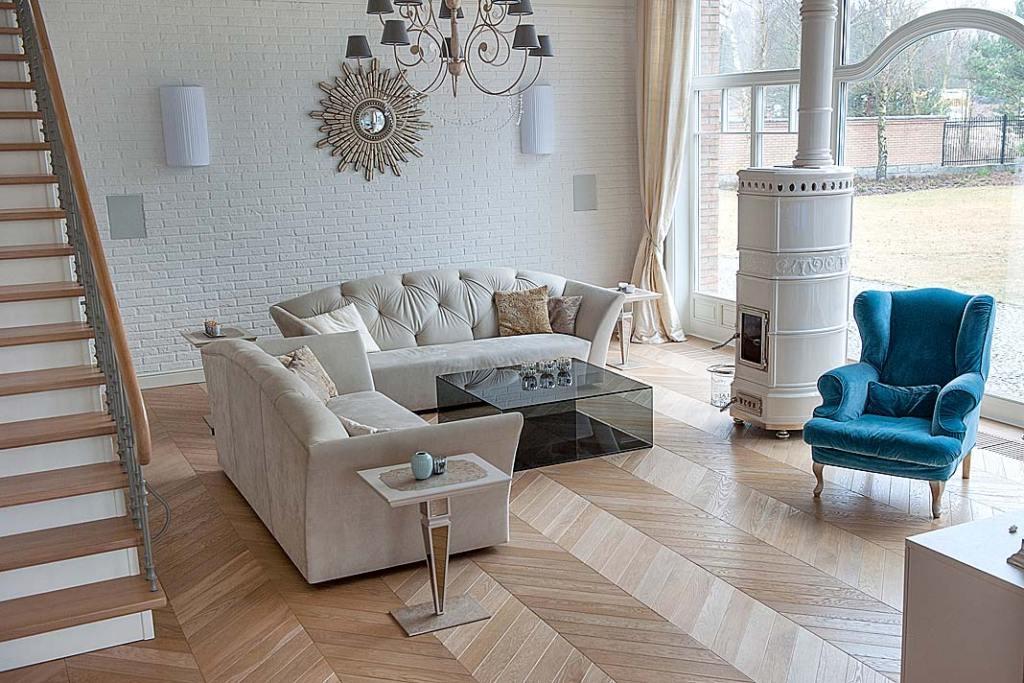 Podłoga salonu ze wzorem jodełka francuska parkiet dębowy.
