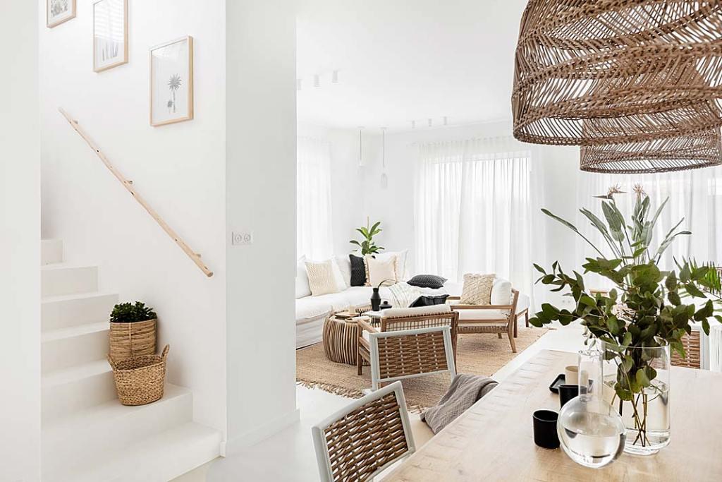 White boho: w całym domu dominuje biel, a także odcienie natury drewno, rattan, wiklina, len, juta.