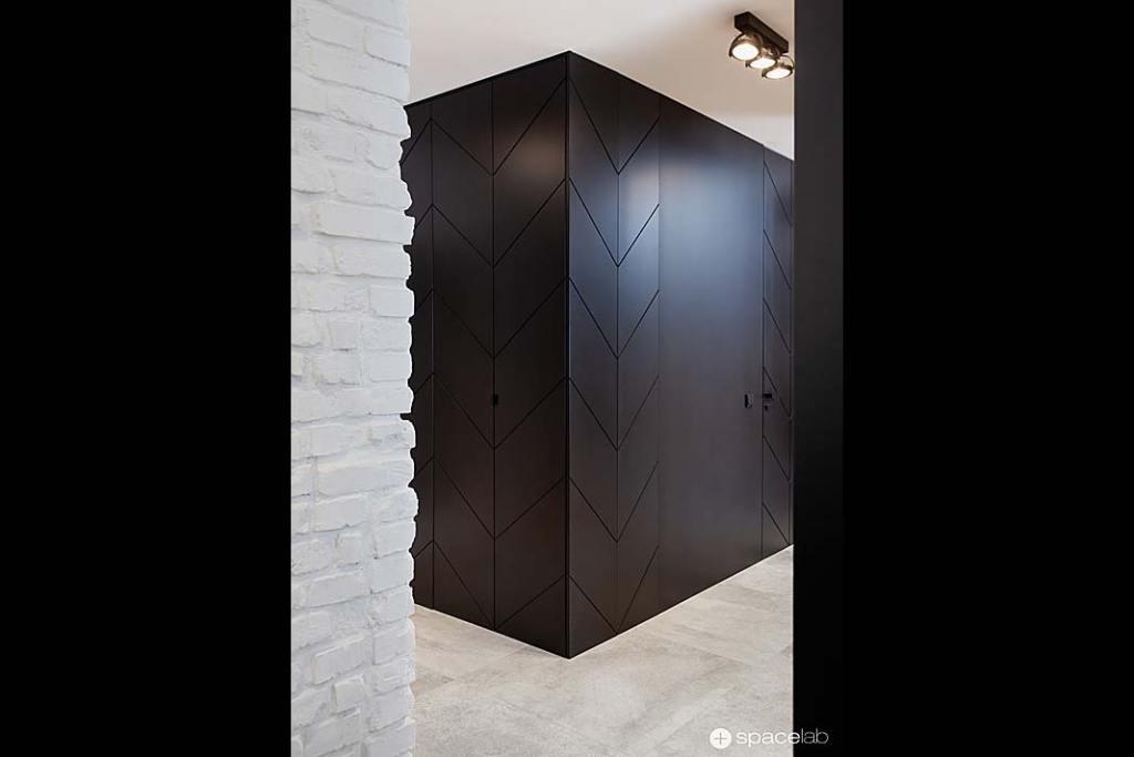 Zabudowa szafy z charakterystycznym motywem w postaci frontów ciętych w jodełkę.