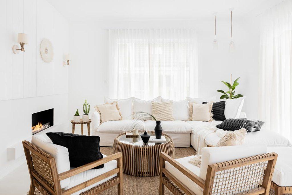 White boho - biały salon z meblami z naturalnego drewna