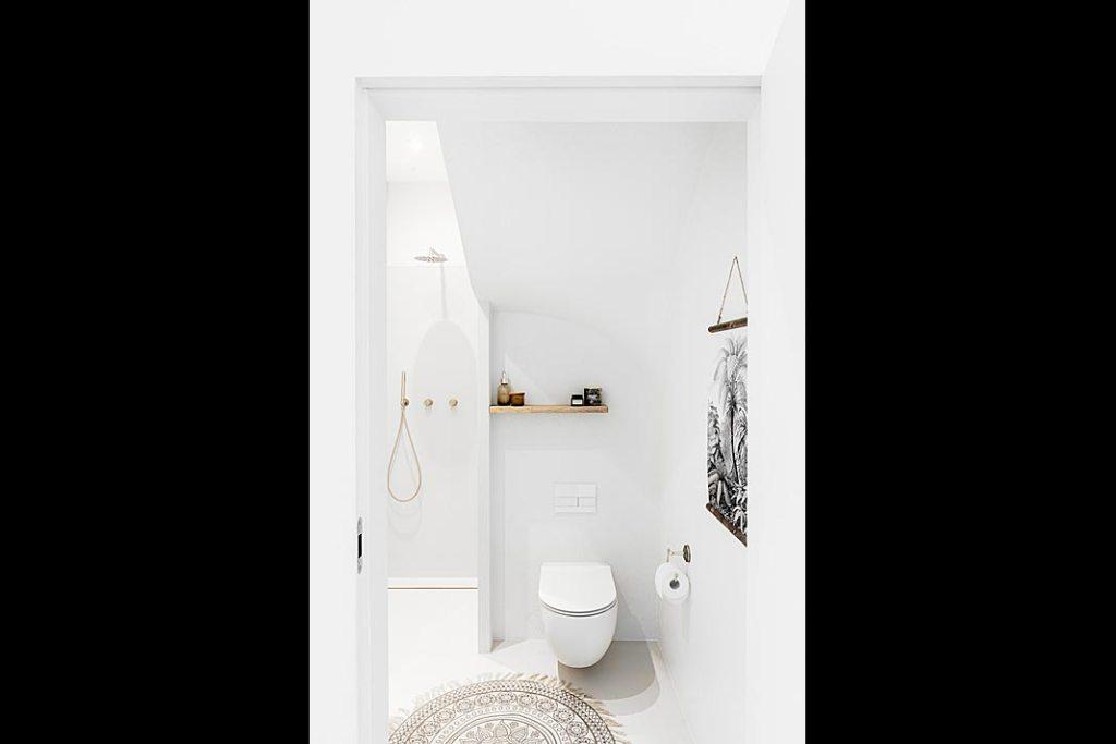 biel i naturalne materiały obecne także w łazience