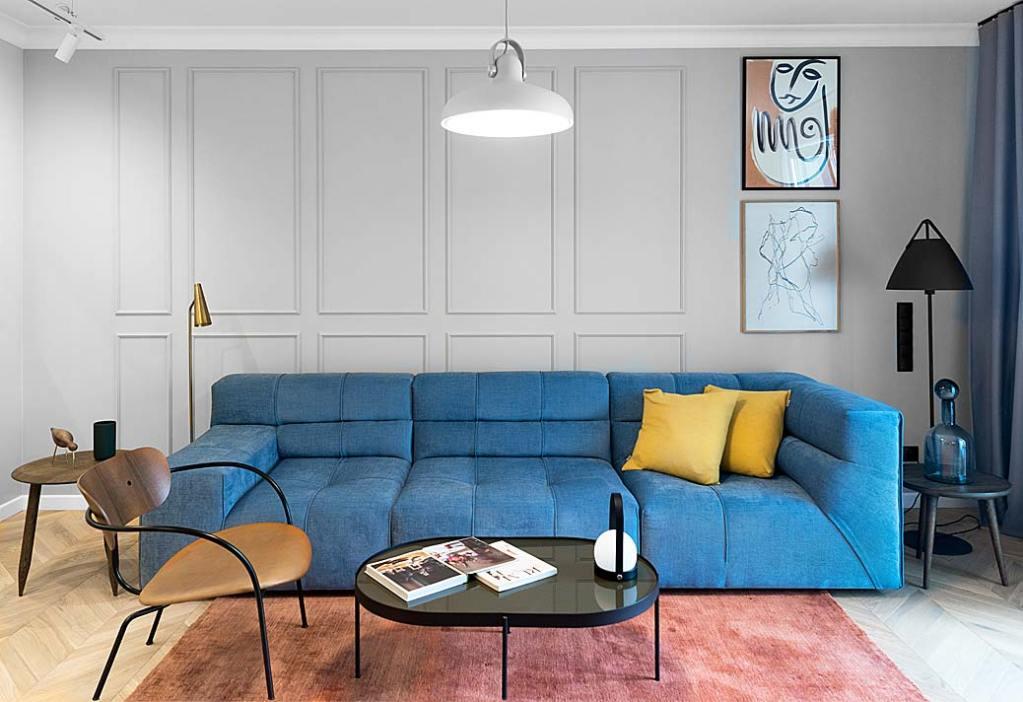 elegancki salon i główny jego element: niebieska sofa